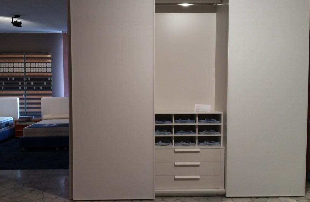 armadio scorrevole scripta completo di attrezzatura interna.